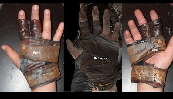 Tomb Raider 2013 Archery Glove weathered by laracroftcosplay.