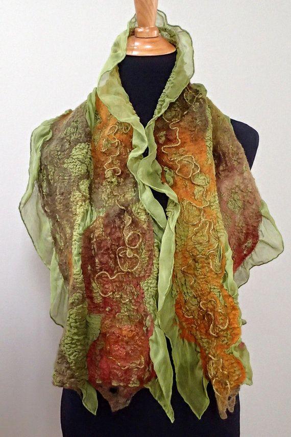 Deze iriserende chiffon sjaal is vilten met merino wol, mohair & rayon draden. De wol en zijde vezels in groene, rode & golds inhaken op de tonen van de sjaal, markeren en verbetering van de glanzende kleurenspel. De vilten geeft een toegevoegde textuur en structuur aan de sjaal terwijl visueel aantrekkelijk en warmte toe te voegen.  Deze sjaal is aan beide zijden, vilten, dus er geen juiste of verkeerde kant is. Wanneer gewikkeld of gebonden, wendingen en draait kijk samenhangend.  De sjaal…