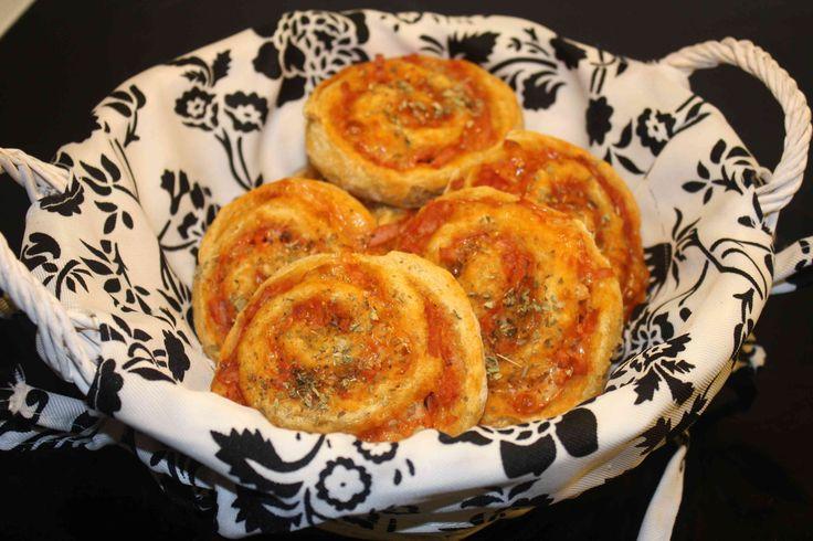 Find en lækker opskrift på grove pizzasnegle med skinke og ost. Super lækre som et sundt alternativ i madpakken.