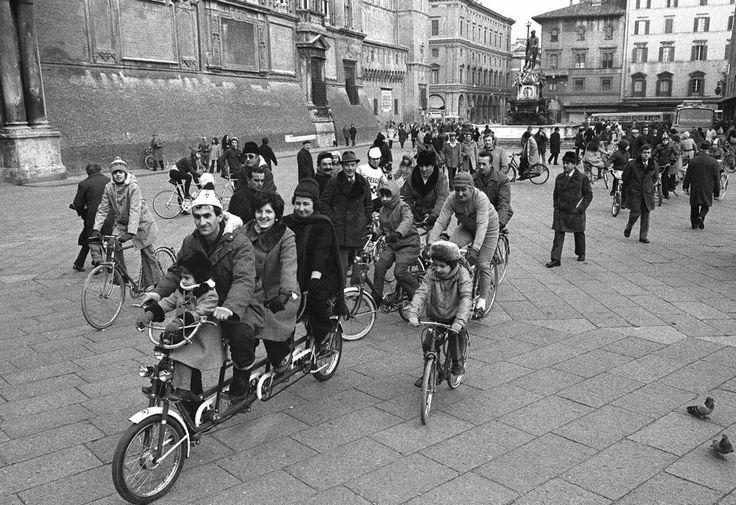 22 novembre 1973 La crisi del petrolio costringe il consiglio dei Ministri ad approvare l'austerity: nei giorni festivi è vietato l'uso dell'automobile, conseguenza della crisi del petrolio. Le riforme comprendono un aumento dei prezzi della benzina, la riduzione dell'illuminazione pubblica fino al 40%,  impongono la chiusura di bar e ristoranti entro mezzanotte, locali pubblici entro le 23, cinema alle 22. La Rai anticipa la fine delle trasmissioni alle 22.45    #TuscanyAgriturismoGiratola