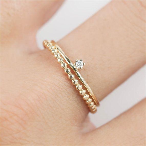 * Kundenspezifisch konfektioniert, Vorlaufzeit beträgt 2 ~ 3weeks === Stack mit gold Streifen Trinity Ring http://etsy.me/1NkHXMt Stack mit Perle gold Ring http://etsy.me/1TPIx9m === Material: solide 14k gold Stein: Konflikt frei Diamond G SI1 Ct Gewicht: .02ct 2mm === einfach, elegant und zierlich alltäglichen Ring. Dieser funkelnde, brilliante Schnitt. 02 ct Diamant (2mm) ist SI in Klarheit, G in Farbe, und ist Satz in einer 14 k gold Band, hergestellt aus 1mm 14 k gold Draht gehämmert…