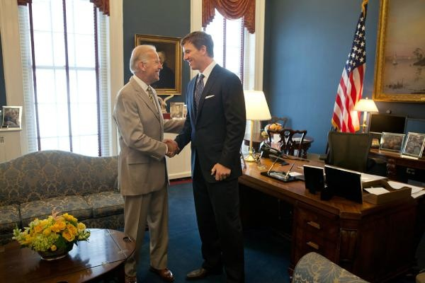 VP Biden talks with NY Giants quarterback Eli Manning in his West Wing office, (June 8, 2012).