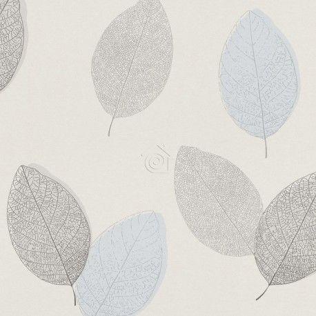 Papel pintado ecológico con grandes hojas celestes y grises sobre un fondo blanco roto.