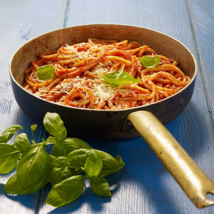 Découvrez la recette Sauce tomate pour les pâtes sur cuisineactuelle.fr.