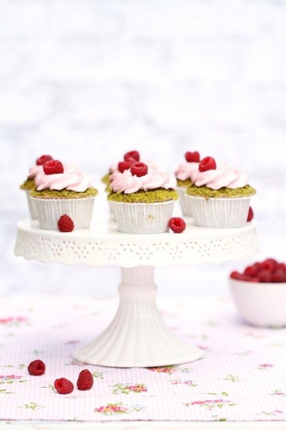 """#Cupcakes con pistacchio e lamponi [#GuestPost] by """"Cioccolato Gatto"""" blog @Joanna Basista  - New Guest post on OPSD: delicious pistachio cupcakes by Asia aka Viridianka """"Cioccolato Gatto"""" blog #food #recipe #recipes"""