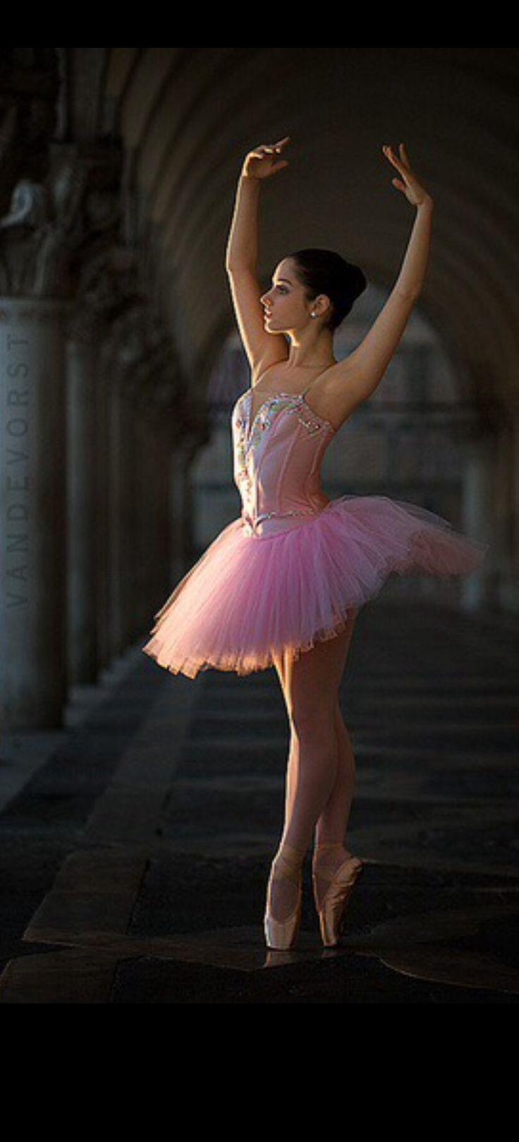 {Ballerina} Using one light by Hans van de Vorst [source: Flickr / hansvandevorst]