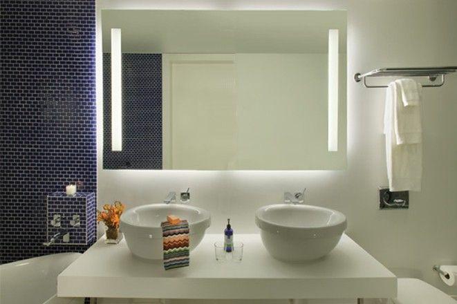 Der hinterleuchtete Wandspiegel Merkur ist ein kleines Kunstwerk für ein repräsentatives Bad oder Gäste-WC. Beleuchtet mit T5-Neonröhren. Maße ab 40x40cm