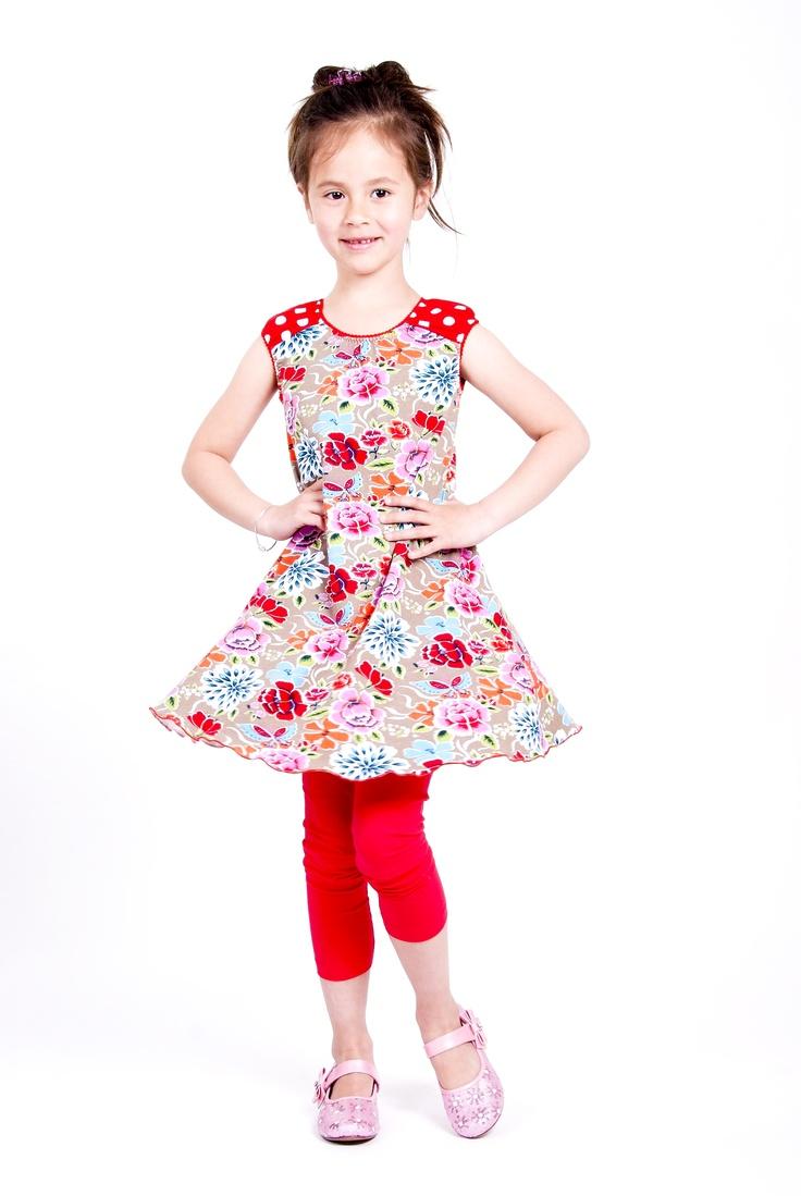 Heerlijk zwierig korte mouw jurkje dat ook goed over een longsleeve gedragen kan worden.   Prachtig bloemen patroon op beige ondergrond.   Rimpel mouwtjes in rood-witte polkadots.