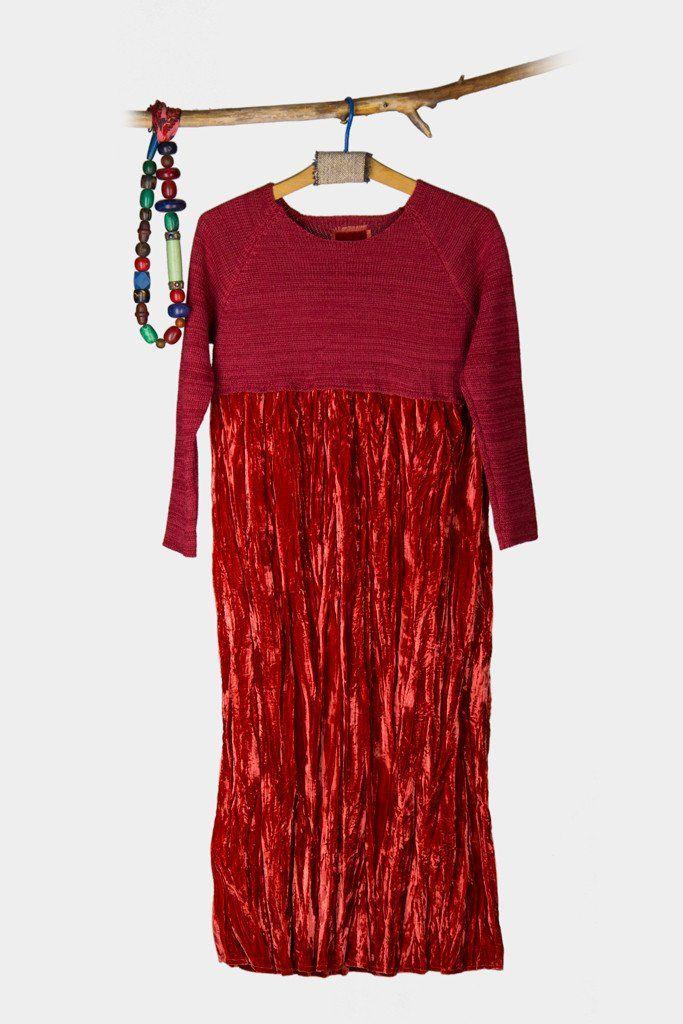 Üst kısmıtriko, alt kısmı kadife elbise. Elbisenin kadife olan kısmı kırışık olarak kullanılıyor. Elbisenin yeşil ve kırmızı olmak üzere iki rengi var.