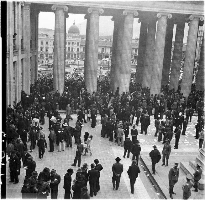 Congresistas y electores en el patio exterior del Capitolio / Daniel Rodríguez / 1941 / Colección Museo de Bogotá: MdB 17043 / Todos los derechos reservados