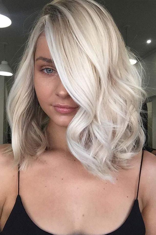 2018 Platinum Blonde Loose Wavy Bob Side Part Short Blonde Hair