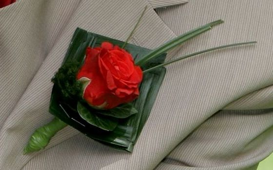Mannencorsage met rode roos