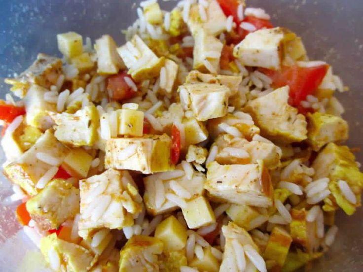 Salade de riz au poulet Ingrédients : - 1 verre de riz - 1 filet de poulet cuit froid - 1 tomate - 1/2 cuillère à café de cajun - 40 g de comté