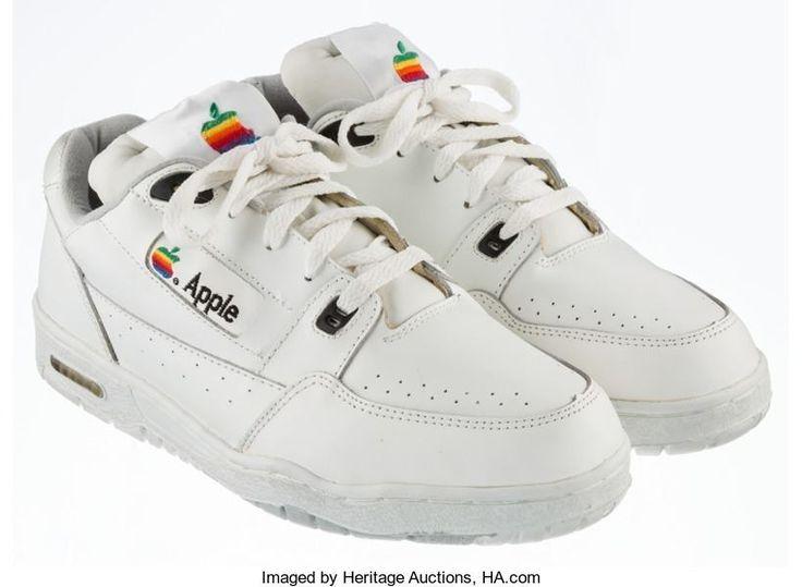 세계적인 기업인 컴퓨터 소프트웨어 애플(Apple)의 신발이 경매에 올랐다. 170만 원 아니다. 1,700만 원부터 시작한다. 과연 이 제품을 누가 경매에 올렸을까? 하는 호기심 가득한 눈으로 빨리 말해달라고 속삭이고 있는 거 다 알고 있다. 바로 미국 경매사 헤리티지 옥션스(Heritage Auctions)가 진행하는 프로젝트다. 이 신발은 매킨토시(Macintosh)를 처음 만들었던 1990년대 초반, 애플사의 초창기 로고였던 무지개 사과 로고를 베이스로 신발, 모자, 가방 등 생산해 판매를 진행했었다.  자세한 내용은 홈페이지를 통해 확인할 수 있습니다. WWW.BPEARMAG.COM