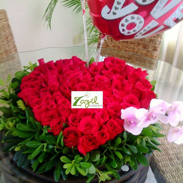 Corazón con 100 rosas rojas Envio de flores a domicilio en Cancún.  www.floreriazazil.com #floreriasencancun #cancunflorists