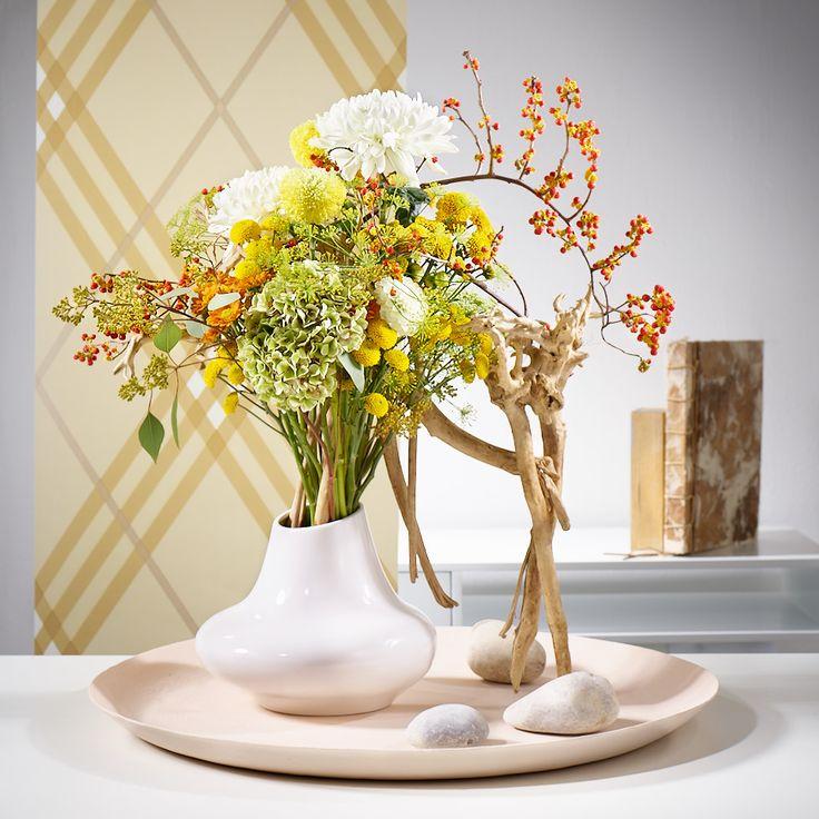 Asymmetrie als Stilmittel. Die markante Form und die zarten frischen Farben geben diesem ausgefallenen Blüten-Arrangement seine besondere Wirkung. Toll: die Chrysanthemen Jeanny Orange, Hondo, Antonov und Marinde.