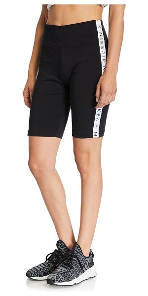 Nike Air Logo Side Tape Fahrradshorts   – :: Nike ::