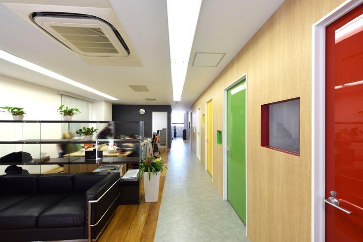 シックなエントランスとカラフルで楽しさが溢れるおもちゃ箱のようなオフィス |オフィスデザイン事例|デザイナーズオフィスのヴィス