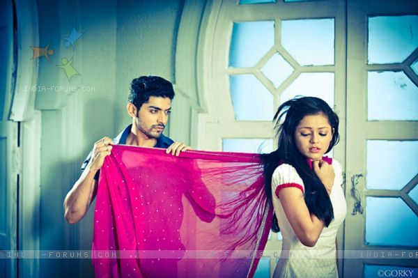Still image of Maan and Geet in tv show Geet Hui Sabse Parayi