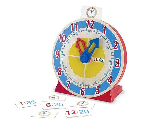 Horloge en bois avec aiguilles de plastique. Idéal pour apprendre l'heure analogique et même numérique avec son cadran intégré. Comprend un série de carte indiquant les différentes manières de lire l'heure.