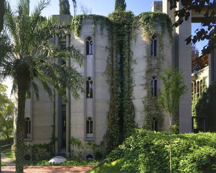 In 1973, Spanish architect Ricardo Bofill purchased a WWI-era cement factory near Barcelona… What He Did With it Will Blow Your Mind – The Home Designer Co.