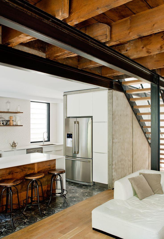 Architekti v přízemí ponechali záměrně obnažené dřevěné trámy na stropě.