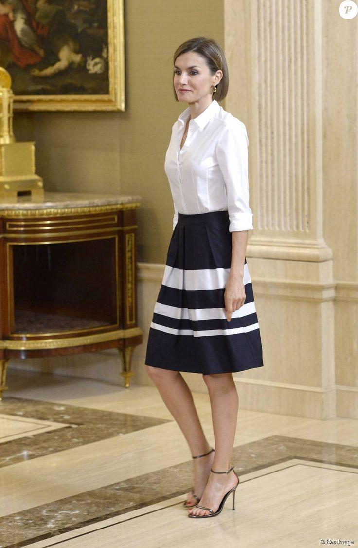 La reine Letizia d'Espagne avec les étudiants bénéficiaires des bourses Becas Europa au palais de la Zarzuela à Madrid, le 17 juillet 2015.