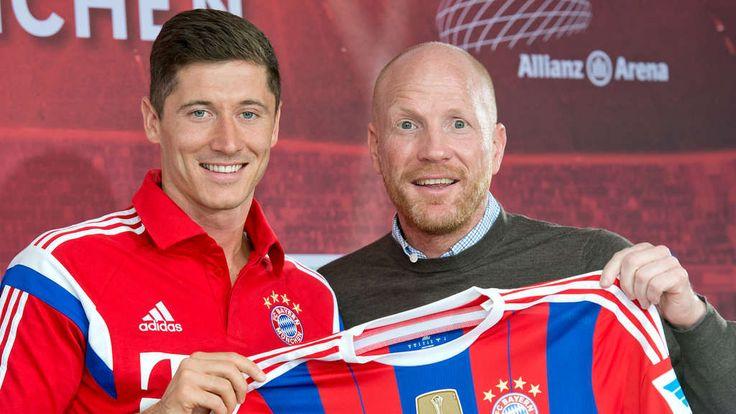 Blick zurück: Sportvorstand Matthias Sammer präsentiert im Juli 2014 Robert Lewandowski als Neu-Bayer.