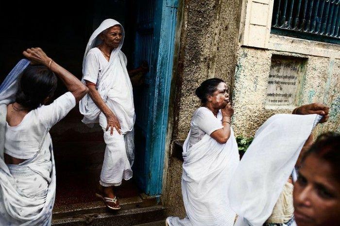 Цвет траура в Индии белый, а не черный. А у невест не белые, а  очень пестрые сари красных оттенков.