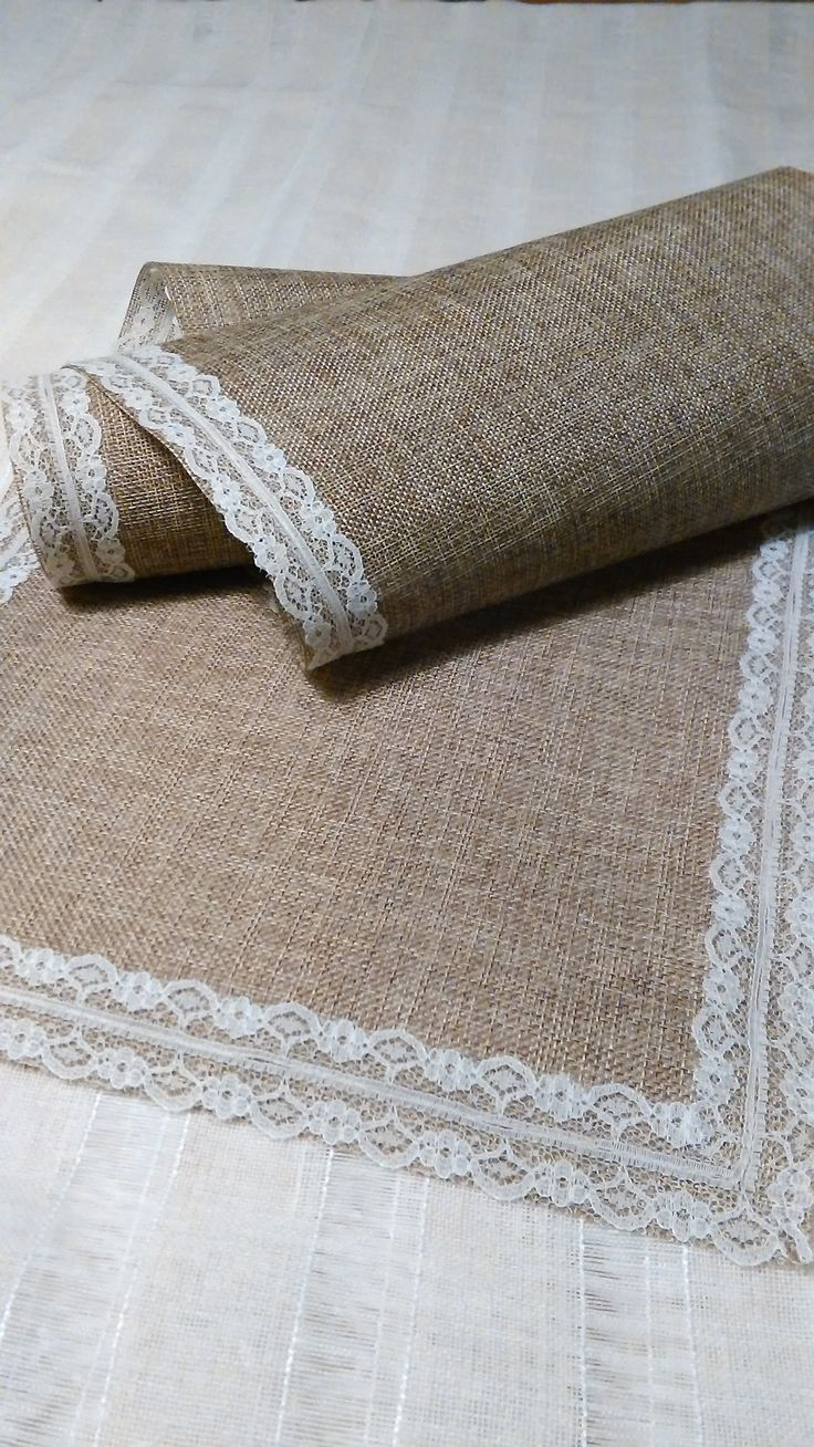 Burlap and lace. Can´t go wrong.