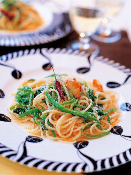 春の七草のひとつ、せりとスパゲティー二をにんにくの香りを移したオイルで和えただけ。|『ELLE a table』はおしゃれで簡単なレシピが満載!
