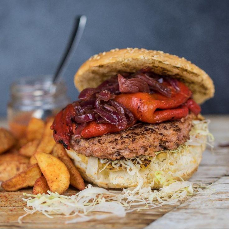 Hamburger di maiale con pane burger, julienne di cappuccio, salsa piccante, peperone grigliato, cipolla caramellata, patate alla paprika. Scopri il Burghetto Inferno e i suoi ingredienti che accendono i sensi. Ti aspettiamo!  #cena #pranzo #ristorante #famiglia #bambini #colognolaaicolli #verona #pizza #domenica #sunday #burghetti #pizzeria #slowfood #hamburger #burghettigourmet #inferno #sensi #accendereisensi #vieniaprovarlo…