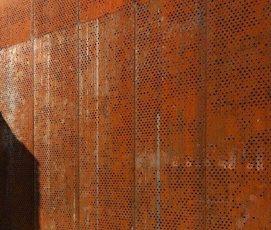 AMI industrie : entreprise basée à  côté de Rennes ( France) : sait fabriquer des bardages en  acier corten, pour mettre contre mon mur  de clôture extérieur  ( plus résistant que de la peinture et pas d'entretien).  Fabriquent aussi des bordures de massifs, des jardinières, etc, en acier Corten.  Découpes de motifs au laser possibles