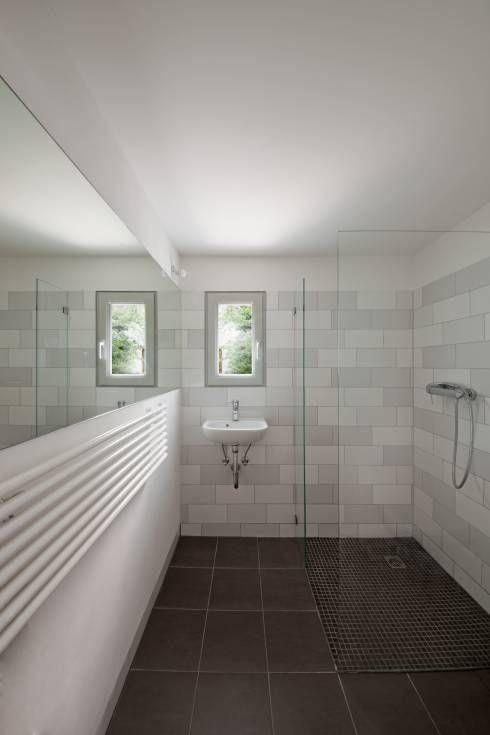 Minimalistisches Badezimmer von brandt+simon architekten. Den Rest dieses schönen Anbaus gibt es im Artikel zu sehen.