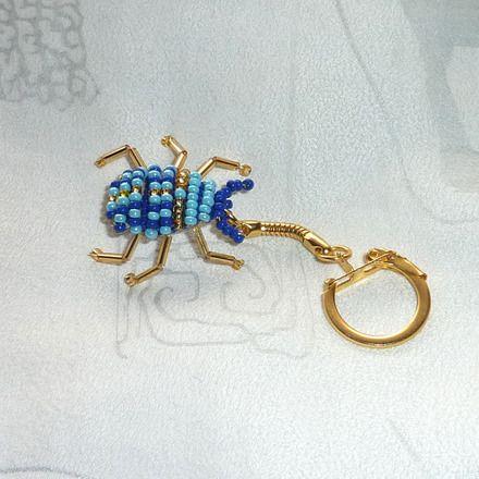 Porte clés Scarabée égyptien en perles de rocaille bleu et or - www.alittlemarket.com/porte-cles/porte_cles_scarabee_egyptien_en_perles_de_rocaille_bleu_et_or-6821459.html