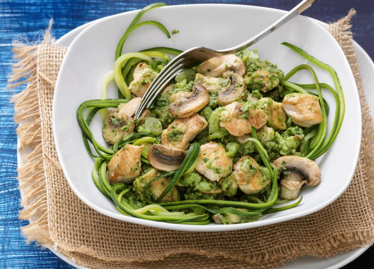 Salade met kipfilet ½ zakje rucola * 4 cherrytomaatjes * 10 plakjes komkommer * 100 g gerookte kipfilet, in reepjes * 3 zongedroogde tomaten * 1 el olijfolie * 1 el pijnboompitten * 1 el geraspte kaas 30+ Voor de dressing 2 el balsamicoazijn * 1 el olijfolie * Italiaanse kruiden * zout, peper   Tagliatelle van courgette met broccolisaus 150 g broccoli, gekookt * 2 el olijfolie * ½ ui, gesnipperd * 1 teentje knoflook * 6 champignons, in plakjes * ½ kipfilet * 2 el pesto * ½ courgette