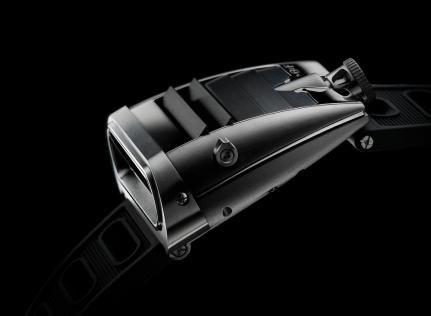 Choć mężczyźni nie przywiązują aż tak wielkiej uwagi do biżuterii jak kobiety, to jednak zdarza się,  że czasem coś z błyskotek na siebie zakładają. Zwykle są to spinki do mankietów lub zegarki. A jeśli połączymy elegancję zegarka z dynamiką klasycznego samochodu to możemy być pewni, że żaden prawdziwy mężczyzna się temu nie oprze.