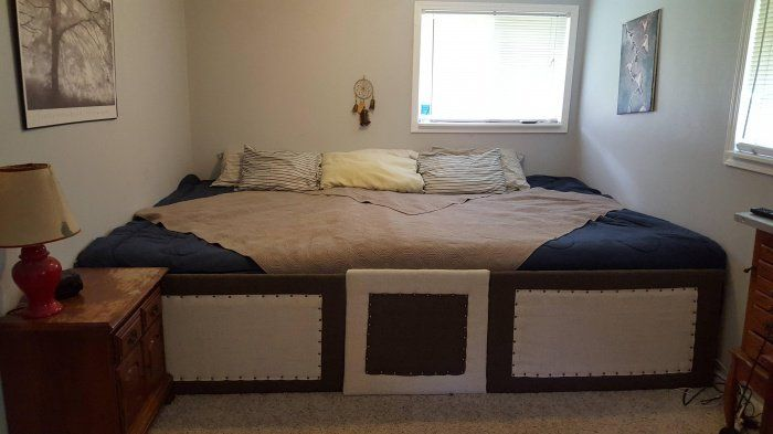Un couple construit un lit géant de presque 7 mètres carrés pour dormir avec ses 5 chats et ses 2 chiens ! Ça a l'air confortable!