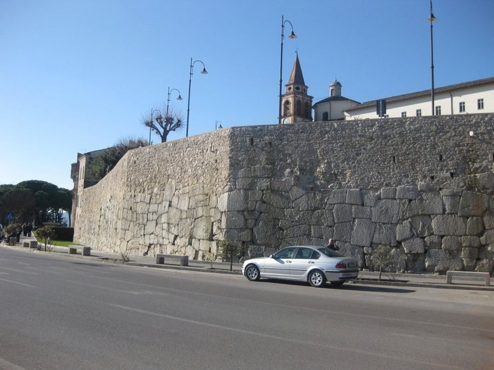 Mura ciclopiche di Amelia (TR)  Amelia, anticamente nota con il nome di Ameria, è una città di origini antichissime: fu certamente tra i primi centri italici. Catone, citato da Plinio, afferma che la città fu restaurata 964 anni prima della guerra dei romani contro Perseo, re di Macedonia, e quindi nel 1132 a.C.