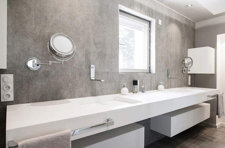 Plan vasque double en résine de synthèse, avec ajout de repose-serviettes métalliques, et de systèmes de rangement.
