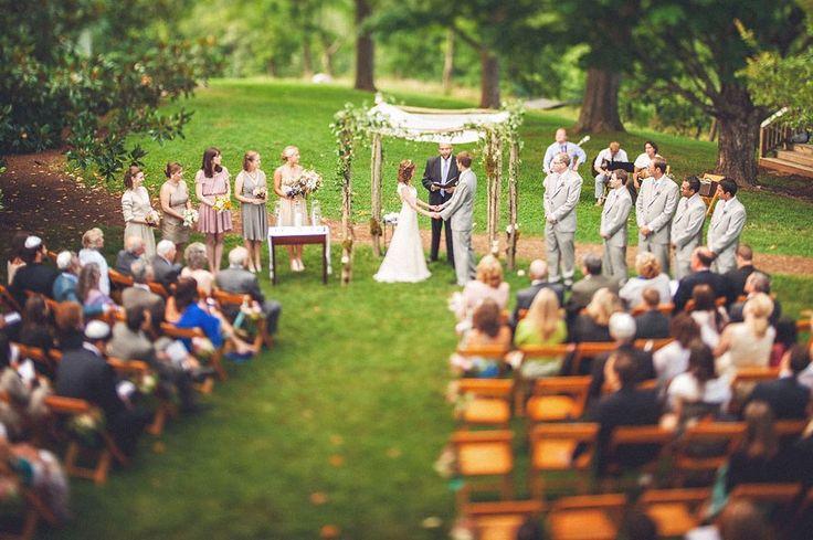 Церемония: арка будет более эко и более зеленой, всё место действия - в лесу. По боком прохода - белые лепестки или бумажные сердечки. На стульях - лепестки для бросания в молодоженов.