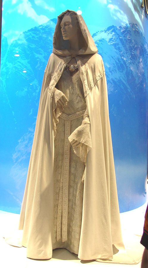 LOTR Galadriel prologue dress. Its so beautiful and we see it for what... five seconds? at most? i feel sorry for the guys in costume dept. they had so much work. ;) and now they have 13 dwarves to deal with... fun fun fun...