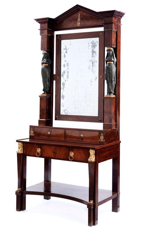 Der Unterbau seitlich mit Lisenen inkl. Bronzeapplikationen versehen, in der Zarge die Schublade mit zwei Löwenköpfen und Zugring, darüber der Aufsatz mit ...
