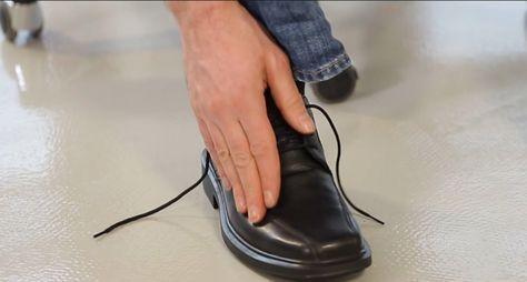 Lifehack: Lederschuhe im Gefrierfach weiten Der neue Lederschuh sitzt etwas eng? In unserem Lifehack erklären wir diese Woche, wie Sie den Schuh mit einem kleinen Trick ganz einfach weiten. Alles was Sie dazu brauchen, ist ein Gefrierbeutel und ein Tiefkühlfach.