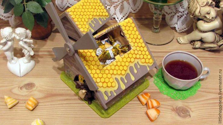 Хочу вам представить мастер-класс по созданию конфетницы «Мишкина радость». Для этого нам понадобится: - шпаклёвка по дереву; - автомобильная шпаклёвка; - акриловый грунт; - распечатки с мотивом; - клей для декупажа; - краски акриловые (белая, чёрная, красная, желтая, зелёная); - клей пва столярный (не путать со строительным); - клей момент-гель; - полиуретановый лак на водной основе; - 3D лак; -…