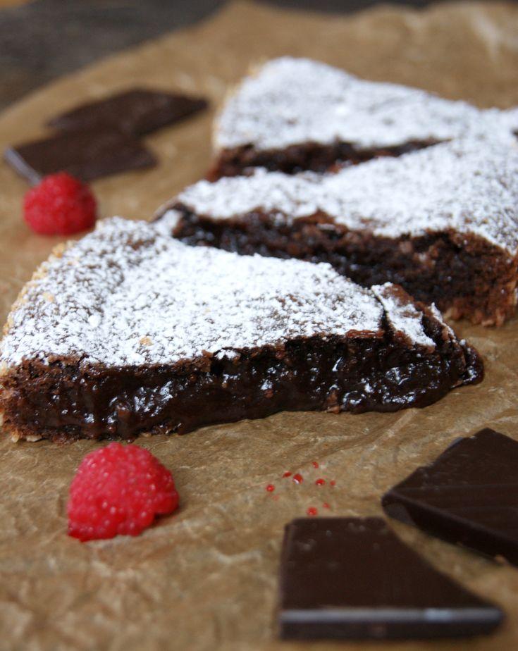 Sugen på kladdkaka? Här delar vi med oss av vårt recept på kladdkaka med choklad istället för kakao! Kladdkaka är mångas favorit, vi fattar varför!