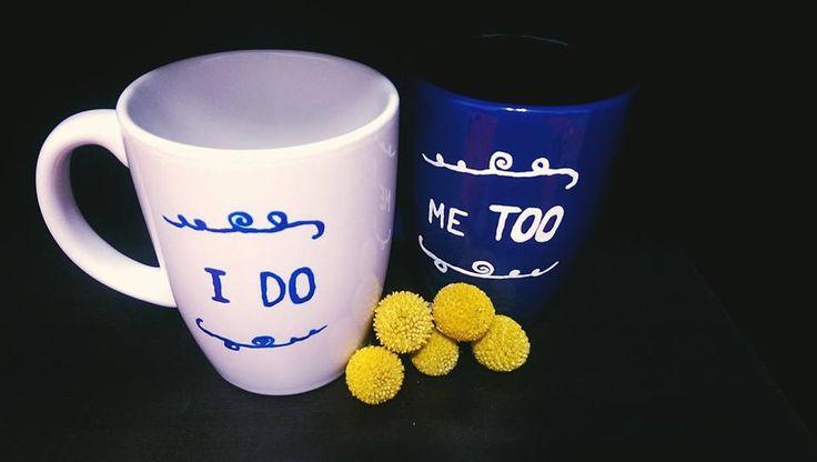 Juraminte miri pictate pe doua cani de culori opuse, alb și albastru. Mesaj: I DO, Me TOO.