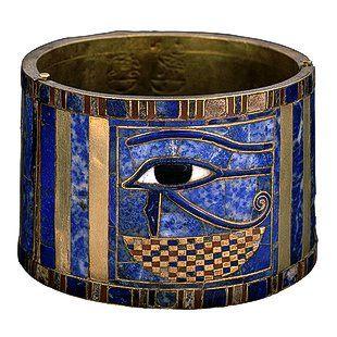 """El ojo de Horus: Colección de Tutankamón - Ajuar - Y joyas egipcias  Este brazal de Sheshonq II lleva el nombre de su padre Sheshonq I. La joya está compuesta de dos partes áureas engarzadas de forma que se abren por la mitad; el wdjat, el ojo de Horus, es un signo neb; su significado es """" todo protección.  Encontrado en la tumba de PsusennesI, cámara de Sheshonq II por Pierre Montet 1.940"""