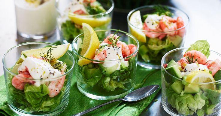 En klassiker som gärna serveras i kylda glas. Häll dressingen som blir över i en skål och ställ fram på buffén.