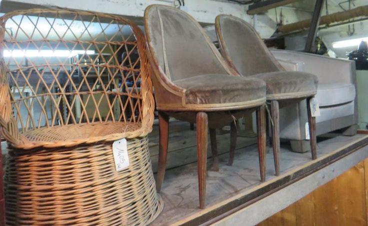 Lot comprenant une paire de chaises années 1920, un fauteuil en osier et un fauteuil moderne style Art Déco. (manques et accidents) - Ader - 29/01/2015